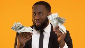 Εξαιρετικά ευτυχής αφροαμερικανίδα κυματίζοντας δέσμη ατόμων των δολαρίων, κέρδος ξεκινήματος απόθεμα βίντεο