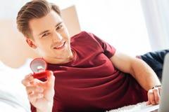 Εξαιρετικά ευτυχής τύπος που παρουσιάζει δαχτυλίδι προτάσεων στη κάμερα Στοκ Εικόνα