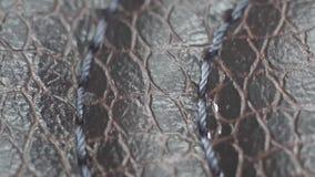 Εξαιρετικά κινηματογράφηση σε πρώτο πλάνο των βελονιών νημάτων στο καφετί δέρμα απόθεμα βίντεο