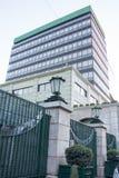 Εξαιρετικά σύγχρονο όμορφο γκρίζο κτήριο με τις σμιλευμένες πύλες, και φω'τα λαμπτήρων Στοκ Εικόνες