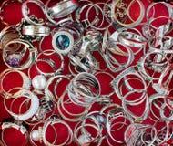 Εξαιρετικό ασημένιο δαχτυλίδι κοσμήματος στοκ εικόνες