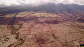 Εξαιρετικό εναέριο μήκος σε πόδηα των ηφαιστειακών τοπίων κοντά στο mauna loa βουνών με το ενεργό ηφαίστειο ασπίδων με φιλμ μικρού μήκους