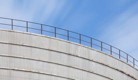 δεξαμενή πετρελαίου στο διυλιστήριο πετρελαίου βιομηχανίας Στοκ Φωτογραφία