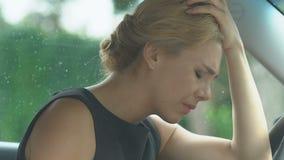 Εξαντλημένη γυναίκα που παίρνει τα χάπια στο αυτοκίνητο, sedative φάρμακα για να ανακουφίσει τον πονοκέφαλο φιλμ μικρού μήκους