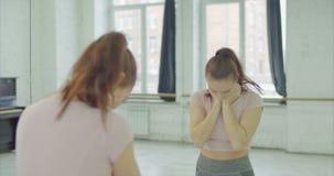 Εξαντλημένη σκεπτική γυναίκα που κοιτάζει επίμονα στον καθρέφτη απόθεμα βίντεο