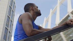 Εξαντλημένος αθλητικός τύπος που αποφασίζει να συνεχίσει το τρέξιμο, που δουλεύει σκληρά για να επιτύχει τους στόχους απόθεμα βίντεο