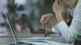 Εξαντλημένος διευθυντής γυναικών που βγάζει τα γυαλιά και που τρίβει τα μάτια, καταπονημένος υπάλληλος απόθεμα βίντεο