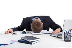 Εξαντλημένος επιχειρηματίας που πέφτει κοιμισμένος στο γραφείο γραφείων του Στοκ φωτογραφίες με δικαίωμα ελεύθερης χρήσης