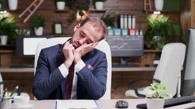 Εξαντλημένος και καταπονημένος επιχειρηματίας που εξετάζει την περιοχή αποκομμάτων με τα στοιχεία πωλήσεων φιλμ μικρού μήκους