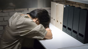 Εξαντλημένος και κουρασμένος ύπνος επιχειρηματιών στο γραφείο Στοκ εικόνες με δικαίωμα ελεύθερης χρήσης