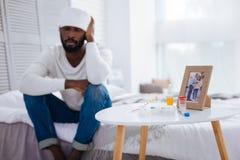 Εξαντλημένος νεαρός άνδρας που πάσχει από τον πονοκέφαλο Στοκ φωτογραφίες με δικαίωμα ελεύθερης χρήσης