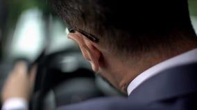 Εξαντλημένο άτομο στο κοστούμι που αισθάνεται την ταλαιπωρία λαιμών, που οδηγεί το αυτοκίνητο, στατικός τρόπος ζωής στοκ φωτογραφίες