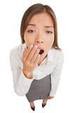 Εξαντλημένο ή τρυπημένο χασμουρητό γυναικών Στοκ Φωτογραφία