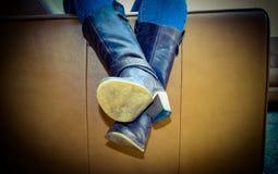 Εξαντλημένο πρόσωπο στον καναπέ που φορά τις κουρασμένες παλαιές μπότες Στοκ φωτογραφίες με δικαίωμα ελεύθερης χρήσης