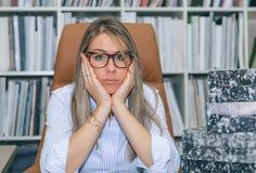 Εξαντλημένος γραμματέας με το μέρος της εργασίας στην αρχή Στοκ φωτογραφίες με δικαίωμα ελεύθερης χρήσης