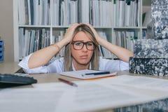 Εξαντλημένος γραμματέας με το μέρος της εργασίας στην αρχή Στοκ Φωτογραφίες