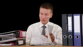 Εξαντλημένος εργαζόμενος περιλαίμιων που λαμβάνει περισσότερη εργασία και που φτάνει στον ύπνο, ενάντια στο Μαύρο, μήκος σε πόδηα  απόθεμα βίντεο