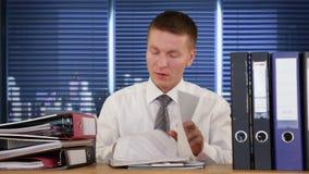 Εξαντλημένος εργαζόμενος περιλαίμιων που λαμβάνει περισσότερη εργασία και που φτάνει στον ύπνο, μήκος σε πόδηα αποθεμάτων απόθεμα βίντεο
