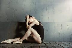 Εξαντλημένος χορευτής μπαλέτου που φωνάζει στο σκοτεινό αναμμένο δωμάτιο στοκ φωτογραφίες με δικαίωμα ελεύθερης χρήσης