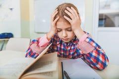 Εξαντλημένο κορίτσι κοντά στον εξοπλισμό για τη μελέτη Στοκ Εικόνες