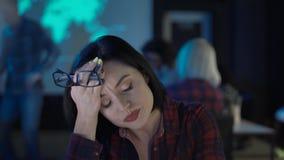 Εξαντλημένο κλείνοντας lap-top γυναικών Στοκ φωτογραφία με δικαίωμα ελεύθερης χρήσης