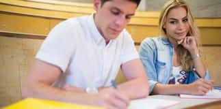 Εξαπάτηση γυναικών σπουδαστών στο συμμαθητή της Στοκ φωτογραφία με δικαίωμα ελεύθερης χρήσης
