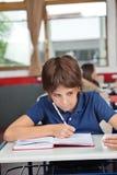Εξαπάτηση μαθητών στο γραφείο κατά τη διάρκεια της εξέτασης Στοκ Εικόνες