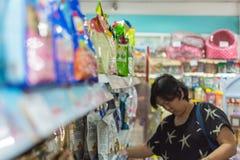 Εξαρτήματα αγορών γυναικών ή τρόφιμα κατοικίδιων ζώων στο petshop Στοκ Φωτογραφίες