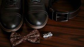 Εξαρτήματα ατόμων, μανικετόκουμπα παπουτσιών πεταλούδων και ζώνη απόθεμα βίντεο