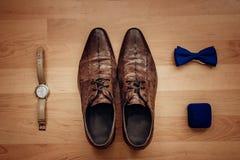 Εξαρτήματα ατόμων: ρολόι, δεσμός, ζώνη, μανικετόκουμπα, τοπ άποψη παπουτσιών αρώματος στοκ φωτογραφία με δικαίωμα ελεύθερης χρήσης