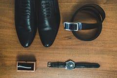 Εξαρτήματα ατόμων: ρολόι, δεσμός, ζώνη, τοπ άποψη παπουτσιών στοκ εικόνες με δικαίωμα ελεύθερης χρήσης