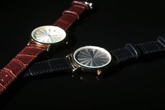 Εξαρτήματα ατόμων ` s με το καφετί πορτοφόλι, τη ζώνη και το ρολόι δέρματος στο μαύρο υπόβαθρο καθρεφτών Στοκ φωτογραφία με δικαίωμα ελεύθερης χρήσης