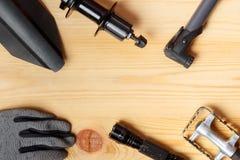 Εξαρτήματα για τα ανταλλακτικά για τα ποδήλατα βουνών Τοπ άποψη σχετικά με ένα ξύλινο υπόβαθρο στοκ φωτογραφίες με δικαίωμα ελεύθερης χρήσης