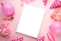 Εξαρτήματα για τα κορίτσια σε ένα ρόδινο υπόβαθρο Πρόσκληση, γενέθλια, κόμμα girlhood, έννοια ντους μωρών, εορτασμός Με το πλαίσι στοκ εικόνα