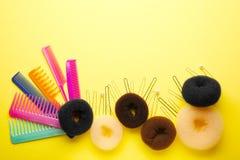 Εξαρτήματα για το hairstyle στο κίτρινο υπόβαθρο Στοκ εικόνα με δικαίωμα ελεύθερης χρήσης