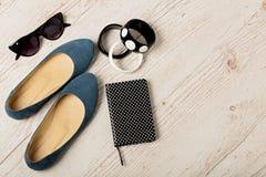 Εξαρτήματα γυναικών ` s - βραχιόλια, bllerinas παπουτσιών και sunglasse Στοκ Εικόνα
