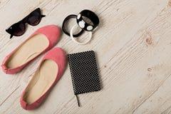 Εξαρτήματα γυναικών ` s - βραχιόλια, bllerinas παπουτσιών και sunglasse Στοκ φωτογραφία με δικαίωμα ελεύθερης χρήσης