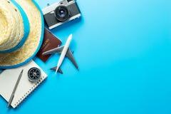 Εξαρτήματα θερινού ταξιδιού blogger στο μπλε στοκ εικόνες