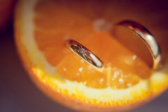 Εξαρτήματα και διακόσμηση για τον πορτοκαλή γάμο σας, δαχτυλίδια αρραβώνων μέσα Στοκ φωτογραφία με δικαίωμα ελεύθερης χρήσης