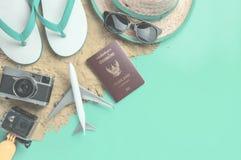 Εξαρτήματα και μόδα ταξιδιού διακοπών παραλιών στην άμμο και το μπλε υπόβαθρο στοκ φωτογραφίες