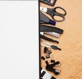 Εξαρτήματα και σημειωματάριο γραφείων. Στοκ Φωτογραφίες