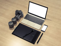 Εξαρτήματα και συσκευές σχεδιαστών στο ξύλινο υπόβαθρο Στοκ εικόνα με δικαίωμα ελεύθερης χρήσης