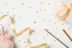 Εξαρτήματα κομμάτων κοριτσιών πέρα από το άσπρο υπόβαθρο Εορταστική ουσία, αστέρια κομφετί, κορδέλλα, ρόδινος μονόκερος, κιβώτιο  στοκ φωτογραφίες με δικαίωμα ελεύθερης χρήσης