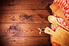 Εξαρτήματα κουζινών στην ξύλινη επιφάνεια τρόφιμα μπουλεττών ανασκόπησης πολύ κρέας πολύ Στοκ Εικόνα