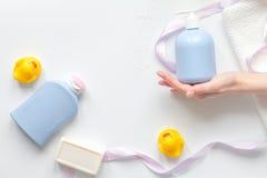 Εξαρτήματα μωρών για το λουτρό με την πάπια στο άσπρο υπόβαθρο Στοκ Φωτογραφίες