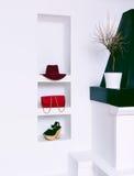 Εξαρτήματα μόδας γυναικών στο άσπρο εσωτερικό Καπέλο, συμπλέκτης και s Στοκ Φωτογραφία