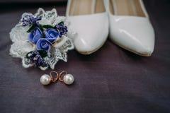Εξαρτήματα νυφών: μπλούζα δαντελλών, garter, επίπεδα μπαλέτου, ψηλοτάκουνα παπούτσια Στοκ Φωτογραφία