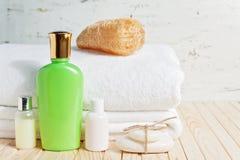 Εξαρτήματα λουτρών και άσπρη πετσέτα Σαπούνι και λοσιόν Εξαρτήματα προσοχής ομορφιάς για το λουτρό Στοκ Φωτογραφίες