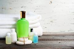 Εξαρτήματα λουτρών και άσπρη πετσέτα Σαπούνι και λοσιόν Εξαρτήματα προσοχής ομορφιάς για το λουτρό Στοκ Εικόνες