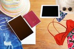Εξαρτήματα ταξιδιού Καπέλο, smartphone, σχισμένος Jean, βιβλίο, διαβατήριο στοκ εικόνες με δικαίωμα ελεύθερης χρήσης